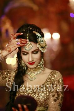Wedding jewelry is a vital part of bridal wear. Many brides underestimate the need for selecting the most appropriate jewelry. The perfect necklace, earrings, Desi Bride, Desi Wedding, Wedding Wear, Trendy Wedding, Wedding Dresses, Bridal Looks, Bridal Style, Pakistan Wedding, Pakistani Jewelry