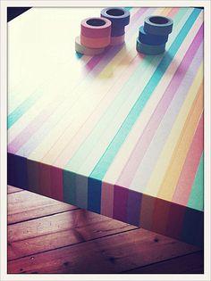 déco : table Ikea Lack relookée avec du masking tape, rayures multicolores