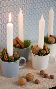 Kynttilöitä, sammalta, pähkinöitä ja kanelitankoja Teema-mukeissa. Kaunis adventtikalenteri syntyy aineksista, jotka löytyvät luonnosta ja lähikaupasta.
