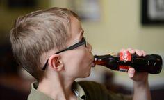 Dieťa pije Coca Colu