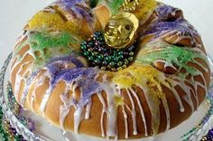 The king cake itself is a round yeasted bread-like cake, normally sprinkled with coloured sugars in the Mardi Gras colours: green, gold, and violet. Mardi Gras Food, Mardi Gras Beads, Colorful Desserts, Creole Recipes, Toasted Pecans, Sweet Bread, Cookies Et Biscuits, Sweets, Ethnic Recipes