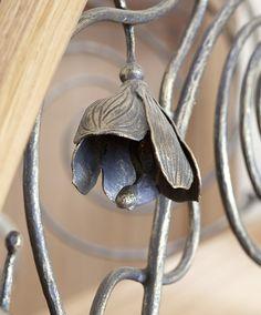 ST470 Policzkowe schody gięte wykonane z dębu. Ręcznie kute stalowe balustrady z pochwytami drewnianymi. Realizacja wykonana w domu prywatnym , projekt – TRĄBCZYŃSKI