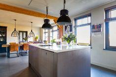 Een kookeiland kan jouw keuken maken of kraken! Het is vaak wel even wat werk om de leidingen te verleggen, dus denk er goed over na voor je de keuze maakt. In dit geval pakt het heel goed uit, aan beide kanten is nog voldoende ruimte over om erlangs te lopen. Kitchen Island, Home Decor, Erlangen, Island Kitchen, Decoration Home, Room Decor, Home Interior Design, Home Decoration, Interior Design