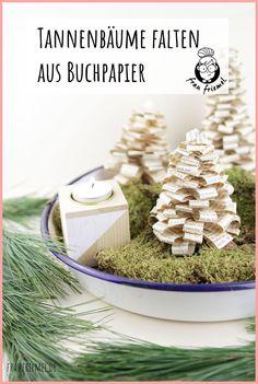 Skandi Deko für Weihnachten - Tannenbaum falten aus alten Büchern. Einfaches Buchorigami, auch als DIY Weihnachtsgeschenk geeignet. Die DIY Tannenbäume können auch toll für den Adventskranz oder für ein Adventskranz genutzt werden. Natürliche und schlichte Weihnachtsdeko entdecken