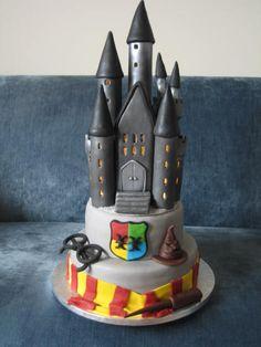 Harry Potter Hogwarts cake with a LIGHT UP castle Gateau Harry Potter, Harry Potter Birthday Cake, Harry Potter Food, Harry Potter Wedding, Harry Potter Theme, Harry Potter Hogwarts, Harry Potter Halloween, Happy Birthday Bunny, Christian Cakes