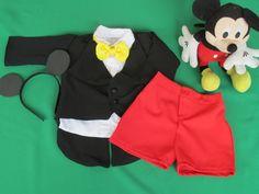 Lindo conjunto completo de luxo do Mickey...    Puro glamour.... acompanha, camisa, gravata, casaco (todo forrado), bermuda e tiara.    Esse valor é somente até 2 anos....acima disso consulte.    **foto meramente ilustrativa nao acompanha boneco mickey**