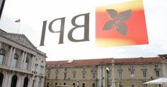 El logotipo del BPI en la ventana de la sede del banco en Lisboa