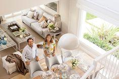 Fotografía de los interioristas Cristina del Valle y David del Pino en el salón comedor de la casa de Guadalmina