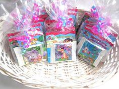 Traktatiemand met 12x Dora uitdeelboekjes en biscuitjes