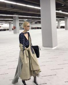 파리 패션 위크의 하이라이트 쇼인 뎀나 바잘리아의 #발렌시아가 #Balenciaga 쇼에 한국 모델 #이지 (@ez_ez_ez_)가 등장했습니다뎀나의 주특기인 해체적인 트렌치 코트와 도트 무늬 드레스를 입은 버즈컷 헤어의 이지! 동시대적인 '발렌시아가 걸'의 이미지를 완벽하게 소화해냈죠? @balenciaga _ #Koreanmodel #EZ took the runway at #ParisFashionWeek's highlight show Balenciaga. The model wore #DemnaGvasalia's signature deconstructed look completed with her #buzzcut hair. #PFW #FW17 #Vogue #VogueKorea #巴黎时装周 #韩国模特 #巴黎世家 via VOGUE KOREA MAGAZINE OFFICIAL INSTAGRAM - Fashion Campaigns Haute Couture Advertising…