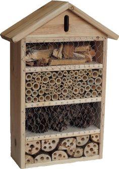 Incontournable pour votre jardin : l'Hôtel pour insectes auxiliaires ! Il vous permettra d'abriter bon nombre d'auxiliaire du jardin et de favoriser ainsi la pollinisation et la lutte biologique contre les pucerons, aleurodes, araignées rouges, chenilles... Les insectes grâce à leur rôle de prédateur ou de pollinisateur, sont les amis des jardiniers puisqu'ils favorisent l'équilibre biologique sans faire appel à des substances chimiques.