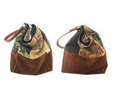 Une seule anse, des lignes minimalistes et souples, le sac SO est léger et pratique avec sa grande contenance, sa fermeture magnétique, sa large poche zippée et son mousqueton au bout dun lien. Il se porte à lépaule, au coude ou à la main sans toucher le sol. Le sac seau SO...Up mélange les matières haut de gamme et upcyclées dans une harmonie de marrons et de verts : deux velours, une tapisserie sur une base en daim à laquelle les marques du temps confèrent une esthétique unique. Le corps…