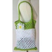 Háčkovaná taška so sieťovaným vzorom a kvetinovou aplikáciou.