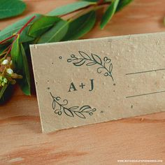 Help guests find their seat + give them a plantable #weddingfavor at the same time with these elegant place cards. | #ecowedding #fallwedding #seedpaper