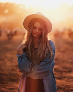 67 Ideas for natural lighting photoshoot sunlight Portrait Photography Tips, Fashion Photography Poses, Autumn Photography, Portrait Poses, Sunset Photography, Female Portrait, Photography Women, Backlight Photography, Fall Portraits