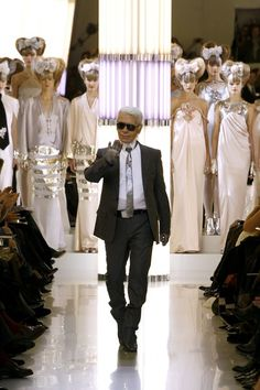 Chanel Spring 2010 Couture Fashion Show - Karl Lagerfeld Chanel Couture, Karl Lagerfeld Choupette, Coco Chanel, Fashion History, Fashion News, Fashion Show, Fashion 2018, Fashion Spring, Fendi