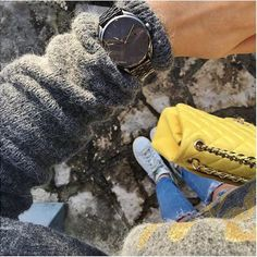 @caaam_r 's outfit today. The Nixon Bullet Watch Stainless Style edition. All in black to contrast with her look and her yellow handbag. The shape of the Bullet watch is rounded and clean, perfect for women.