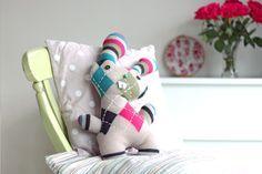 Pupazzo coniglietto da riciclo maglione – Tutorial e Cartamodello.