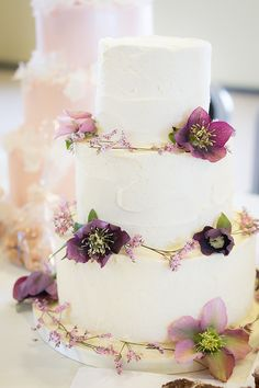 Hellebore wedding cake - beautiful hellebore wedding flower ideas for winter brides // The Natural Wedding Company
