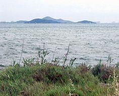 Vista de las islas Perdiguera y Mayor. Espacios abiertos e islas del Mar Menor, parajes protegidos situados en el Mar Menor en la Región de Murcia