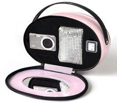 Die VG-150 von Olympus ist eine digitale Kompaktkamera in einem schicken, schlanken Gehäuse. Hier wird sie in einem tollen Glamour-Set geliefert. Der Fotoapparat bietet einen 12 Megapixel starken CCD-Sensor (effektiv) und eine Brennweite von 27 mm. Im Happy Vanity Kit sind außerdem eine silberfarbene Tasche und eine 4 GB SD-Karte enthalten.