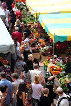 Groente en fruit, voeding, bloeme, stoffen, exotische producten. Dit is een van de grootste en kleurrijkste markten van Frankrijk. U kunt er geuren uit de hele wereld opsnuiven; soms komt er ook accordeonmuziek bij te pas.  Dinsdag, donderdag en zondag van 7 tot 14uur. Overdekte markt van dinsdag t/m zaterdag van 8 tot 20u, zon- en feestdagen van 8 tot 15u.