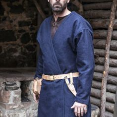 Long tunic Medieval Loki of the color blue. Ideal for recreacionistas medieval. Material used: Felt wool: Polyester: Polyamides: Natural fibres: ⚔️ Medieval Shop-Tunics - Costumes man - Clothing Loki, Medieval Clothing Men, Larp Fashion, Medieval Cloak, Hooded Cloak, Tunic Pattern, Period Outfit, Historical Costume, Blue Nails