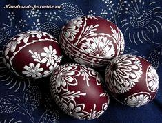 Painted Easter eggs with hot wax - Handmade-Paradise Egg Crafts, Easter Crafts, Holiday Crafts, Easter Egg Pattern, Easter Egg Dye, Carved Eggs, Easter Egg Designs, Ukrainian Easter Eggs, Egg Art