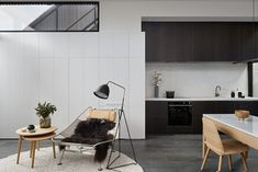 When Whiting Architects were approached to renovate a tiny Melbourne terrace on a footprint of just 96m2/1033ft2, they rose to the challenge, seeing it as an opportunity to prioritise quality over quantity. The kitchen is designed as a cohesive part of the interior, rather than a separate space, with sleek cabinetry, integrated appliances and an oven by Fisher & Paykel. Architecture by Whiting Architects. Photography by Shannon McGrath. #modernarchitecture #exteriorarchitecture #dreamhouse Simple Living Room, Small Living, Living Room Trends, Living Area, Living Rooms, Melbourne House, Rooftop Terrace, Terrace Floor, Decoration Design