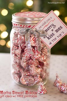 "Merry ""Kiss"" mas gift idea w/ FREE printable - for next year after our wedding. So many mason jars ! Christmas Goodies, Diy Christmas Gifts, Handmade Christmas, Holiday Crafts, Holiday Fun, Christmas Holidays, Christmas Printables, Christmas Lights, Christmas Presents For Teachers"