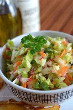 Pyszna, chrupiąca i kolorowa surówka... Nic, tylko robić póki trwa sezon na młodą kapustę :) Przepis znalazłam na tej stronie, jednak troch... Clean Eating, Healthy Eating, Good Food, Yummy Food, Cooking Recipes, Healthy Recipes, Simply Recipes, Side Salad, Easy Salads