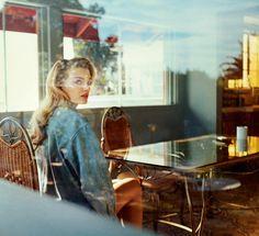Door het raam, in een café. Het is één van mijn favoriete looks voor een fotoshoot.