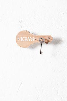 Una forma original de guardar y no perder nunca la llave de casa, del coche o de la oficina. #muymucho #orden #llaves #keys #decoración #home #deco #madera #recibidor