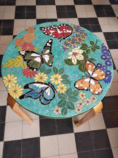 Mosaique Papillons Tabouret Créé par Tania Hanocq Mosaic Garden Art, Mosaic Tile Art, Mosaic Pots, Mosaic Diy, Mosaic Crafts, Mosaic Projects, Mosaic Glass, Mosaics, Butterfly Mosaic