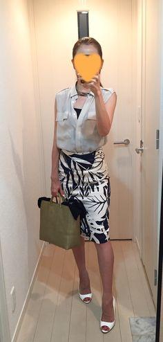 Silk shirt: Ballsey, Skirt: Sisley, Bag: la kagu, Pumps: Jimmy Choo