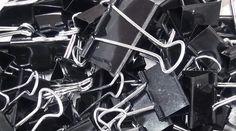 Vous ne savez pas quoi faire avec tous les pinces-notes que vous avez dans votre tiroir de bureau ?  Découvrez l'astuce ici : http://www.comment-economiser.fr/15-astuces-avec-des-pince-notes.html?utm_content=bufferdb512&utm_medium=social&utm_source=pinterest.com&utm_campaign=buffer