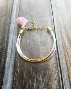 Bracelet 3 tours en perles miyuki delicas Rose / Orange / Blanc / Doré - Petit pompon rose : Bracelet par beads-and-coconut