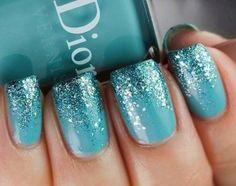 Nail art azzurra con glitter per Capodanno 2015