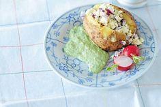 Baked Potato mit Schafskäsefüllung und grüner Soße