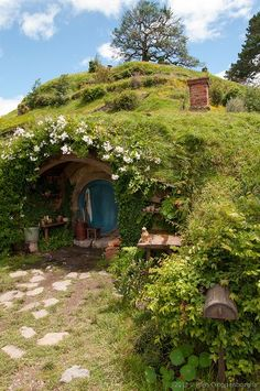 "Wouldn't it be great to have a hobbit hole door coming out of your house! I would love to build a house on a hill and have a secret ""hobbit hole"" coming out of my basement! The Hobbit/Lord of The Rings (Peter Jackson) by Ana Oliva Earthship, Tree House Designs, Underground Homes, Unusual Homes, Earth Homes, Natural Building, Green Building, Little Houses, The Hobbit"