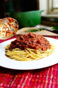 Спагетти с соусом из фарша с сыром