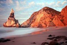 Não há praias isoladas. Há praias à tua espera. #aquihafrescas @ Estoril