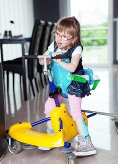 """Expo photo """"Elle est où la différence ?"""" : Inès, une adorable petite fille au sourire espiègle"""