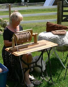 How to convert a treadle sewing machine into an heirloom spinning wheel? Detailed plans show you the whole process of building the spinning wheel. Spinning Wool, Hand Spinning, Spinning Wheels, Indian Head, Treadle Sewing Machines, Drop Spindle, Chunky Yarn, Build Your Own, Fibres