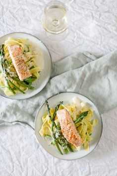Pasta with green asparagus, grilled salmon and creamy white wine foam sauce Healthy Eating Habits, Healthy Snacks, Healthy Recipes, Pasta Al Dente, Soup Appetizers, Healthy Slow Cooker, Grilled Salmon, Greens Recipe, How To Cook Pasta