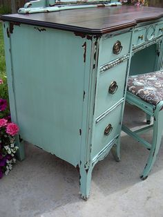 Love the distressed, shabby chic look? Tutorial for chippy paint look. Paint Furniture, Furniture Projects, Furniture Makeover, Home Projects, Distressed Furniture, Repurposed Furniture, Distressed Desk, Vintage Furniture, Weathered Furniture