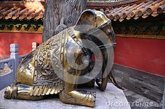 This ancient bronze elephant in the north gate of the Imperial Palace where it has hundreds of years of history, the Qing Dynasty is casting, many doors on both sides of Beijing put a stone lion, the bronze elephant put on both sides of the door, Beijing no second.