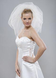 Úžasný originálny a objemný svadobný závoj z kolekcie Glamour, ktorý opticky zoštíhli.