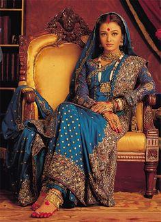 Aishwarya Rai in a blue benarasi in a still from Devdas bollywood saree Mode Bollywood, Bollywood Saree, Indian Bollywood, Bollywood Fashion, Bengali Saree, Bollywood Bridal, Actress Aishwarya Rai, Aishwarya Rai Bachchan, Bollywood Actress