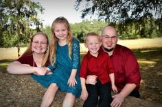 Family picture on tree branch #country #katelynmurphyphotography